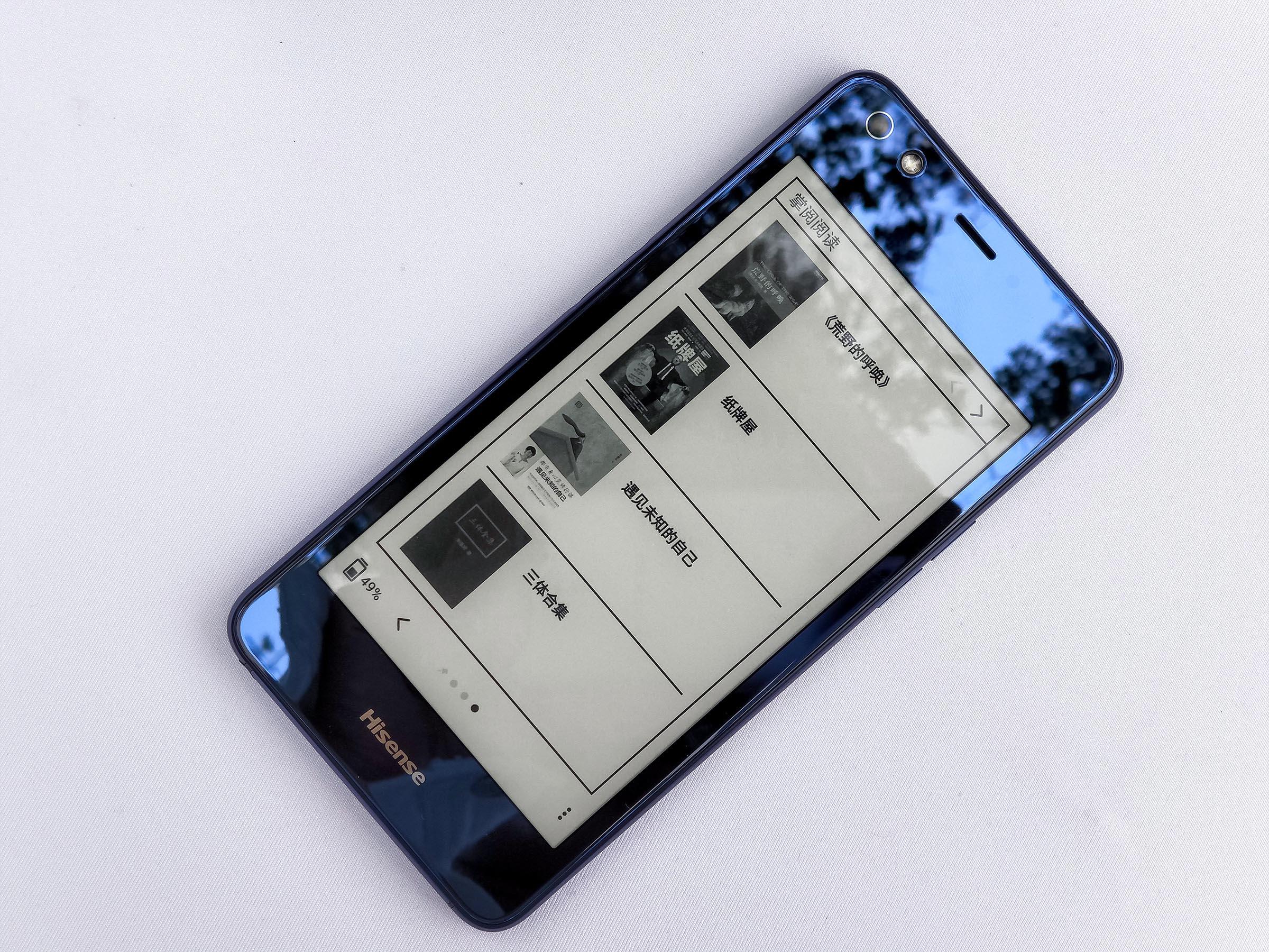 外观方面,海信A2 Pro机身正面是一块5.5英寸FHD炫彩AMOLED屏,分辨率为1080P,机身背面是一块5.2英寸墨水屏。机身中间采用金属中框,指纹识别按键放在了机身侧面,有黑色、蓝色两种配色可选。 拍照方面,海信A2 PRO配备了1600万像素自拍摄像头和1200万像素摄像头,后置摄像头采用了索尼IMX386传感器,光圈为F2.